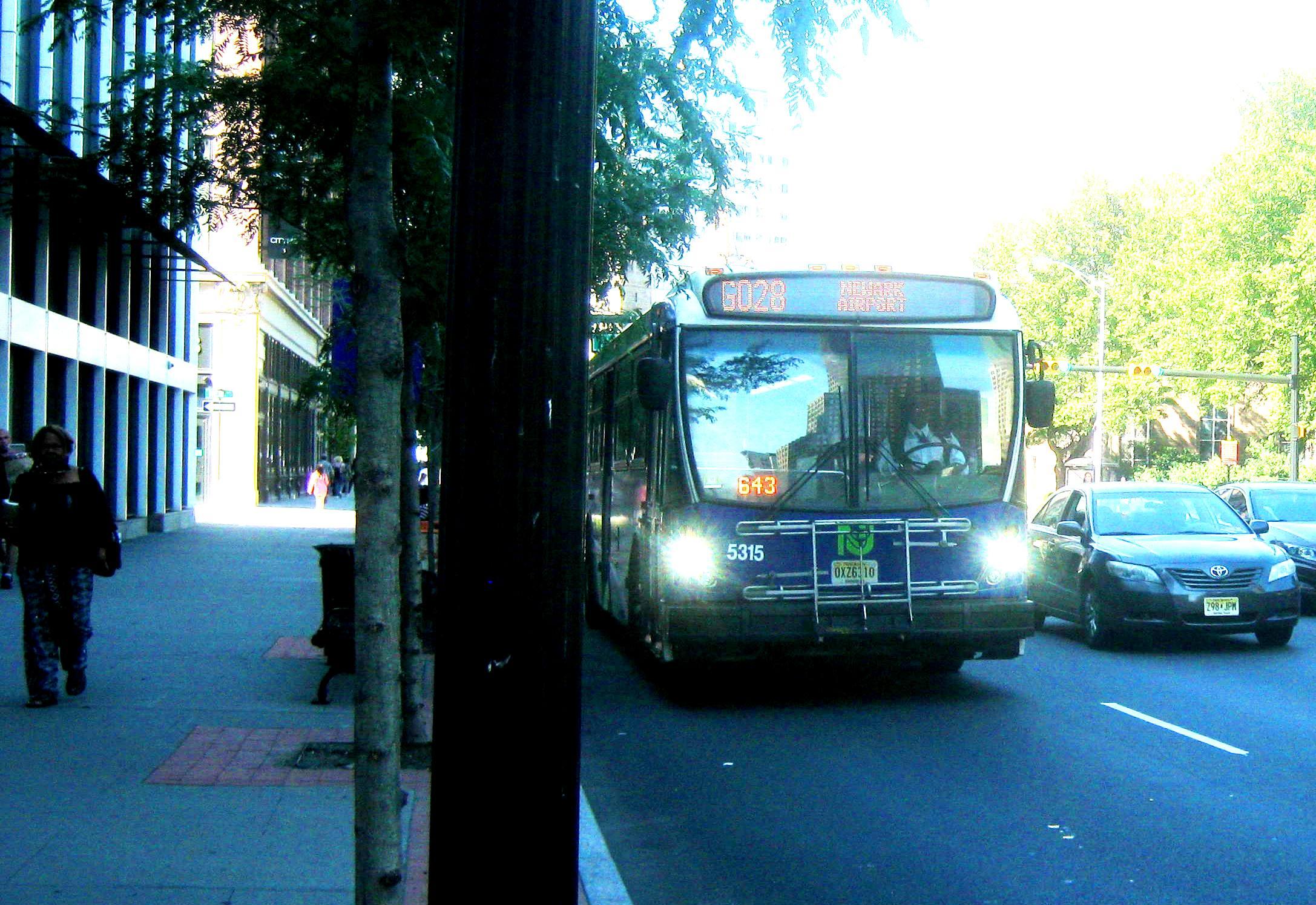 街を走るGo Bus 28。