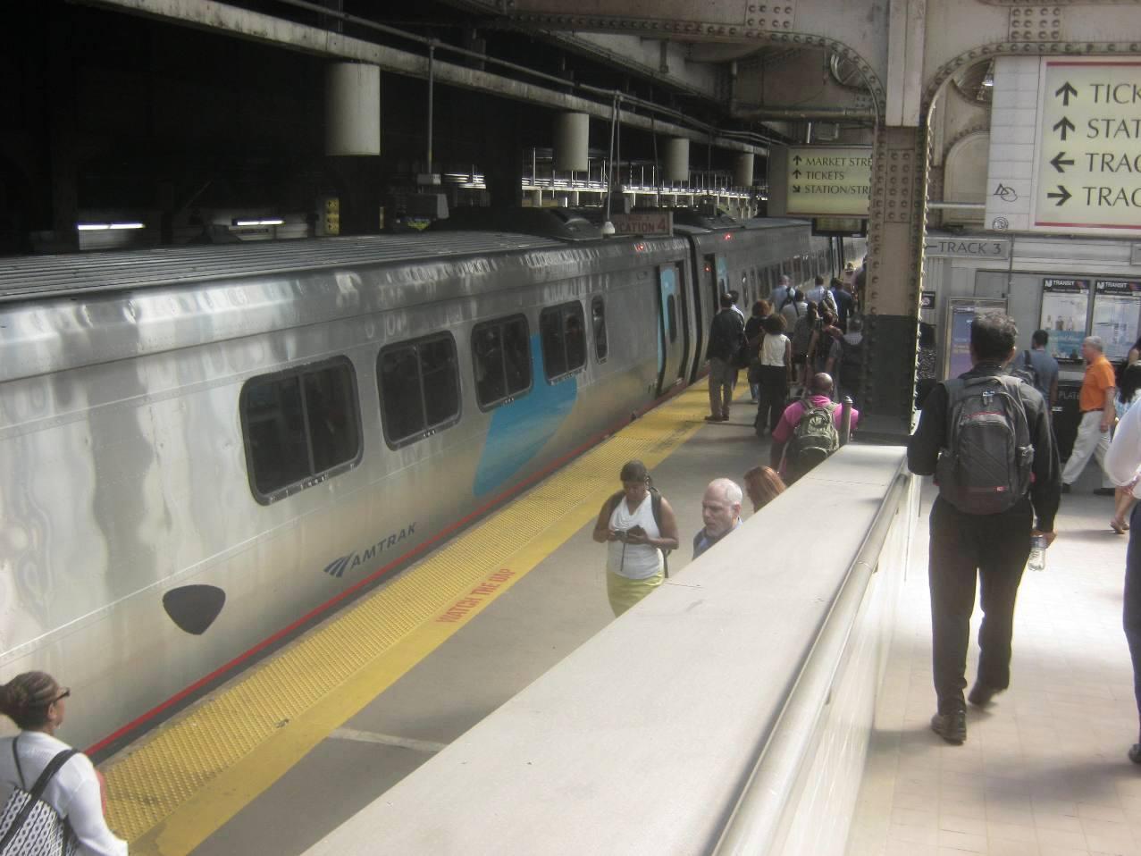 ニューアークPenn駅のアムトラック列車。