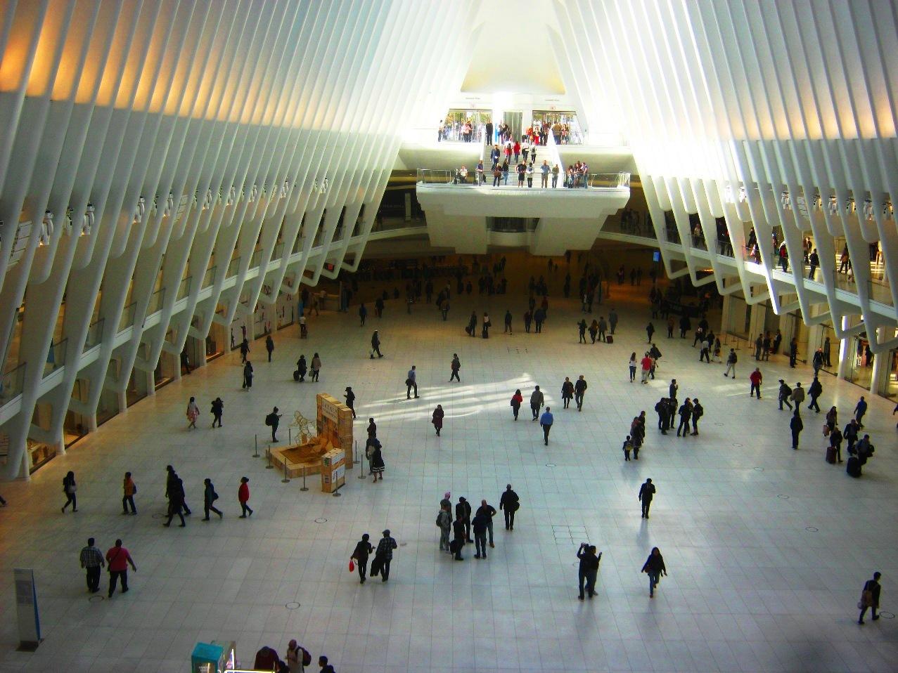 な、何とこれが駅か。2001年の同時多発テロで破壊された跡地に圧倒的な規模の駅